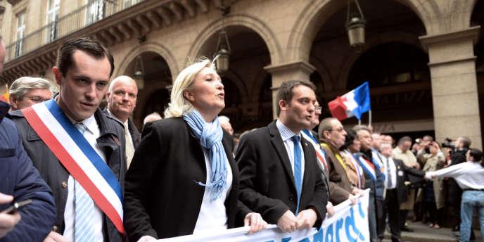 A gauche de Marine Le Pen, Nicolas Bay, secrétaire général adjoint du Front national et responsable du parti pour les élections municipales de 2014 dans les villes de plus de 1000habitants. Ici le 1ermai2013.
