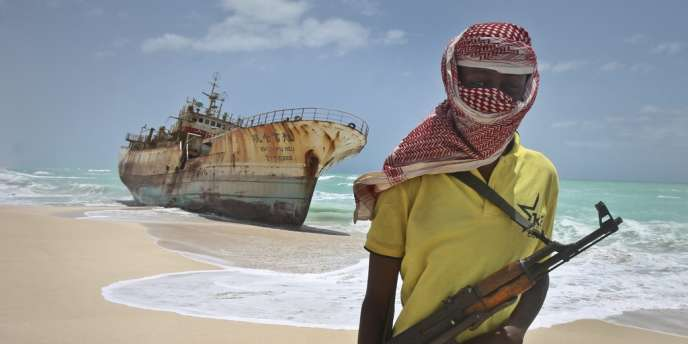 Un pirate somalien, près d'un navire taïwanais échoué sur une plage près de Hobyo, en Somalie.