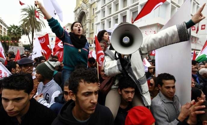 Des militants du Front populaire défilent boulevard Habib-Bourguiba, à Tunis, pour fêter le troisième anniversaire du président Ben Ali.