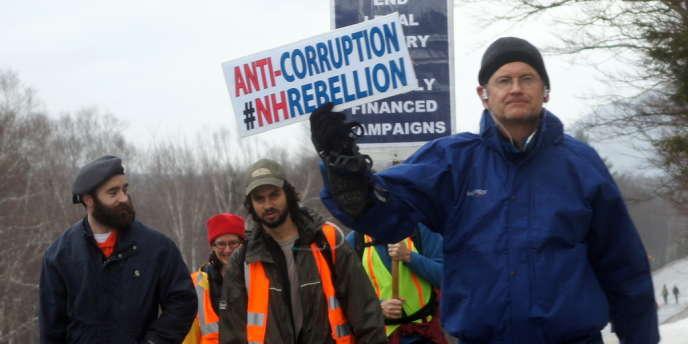 Le juriste Lawrence Lessig (en bleu) est l'un des organisateur d'une marche citoyenne qui traverse le New Hampshire du 11 au 24 janvier.