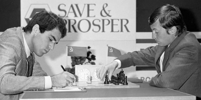 Anatoli Karpov et Garry Kasparov lors d'un match en 1986.