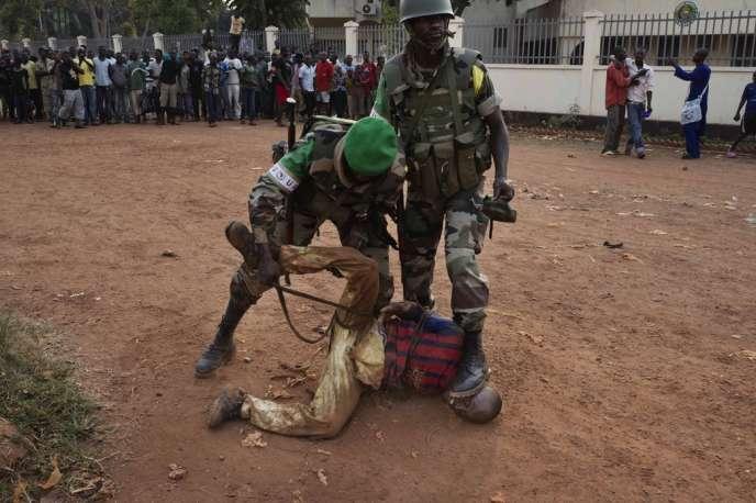 Près du rond-point des Nations unies à Bangui, un homme transportant des grenades est arrêté par les forces de la Misca Burundaise.