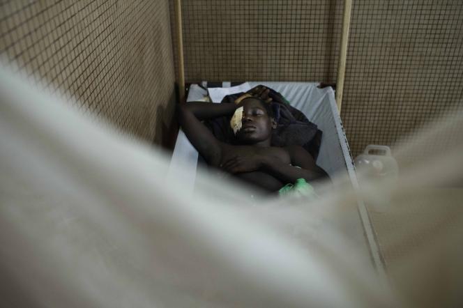 Un jeune homme agressé lors d'affrontements entre communautés chrétienne et musulmane, se repose dans le centre de santé de Saint-Mathias, à Bangui.