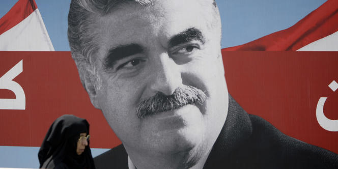 Devant un portrait de l'ancien premier ministre Rafik Hariri, à Beyrouth le 19 août 2011.