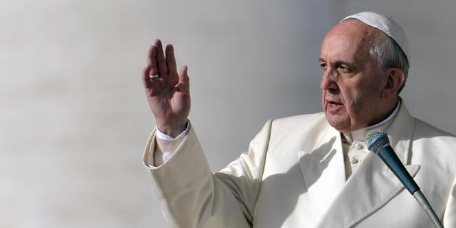 Le pape François, sur la place Saint-Pierre, le 8 janvier au Vatican.