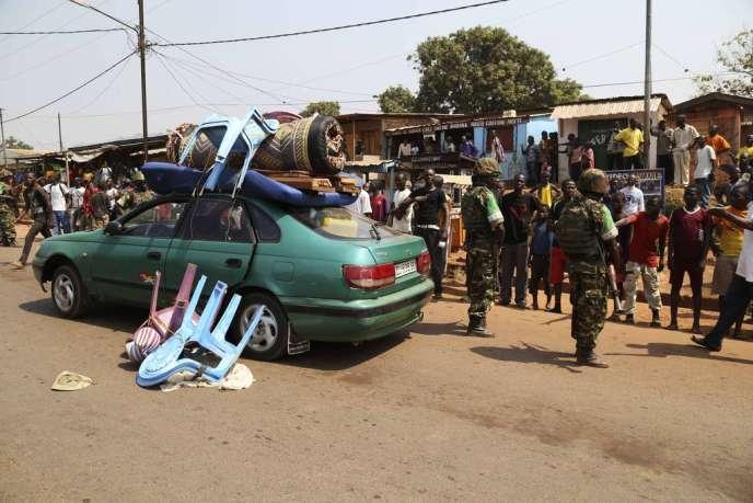 La voiture abandonnée d'un Tchadien quittant Bangui, le 16 janvier.