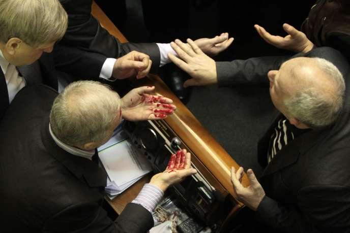 La séance parlementaire a tourné au pugilat, jeudi 16 janvier 2014. Ici, un député progouvernemental blessé.