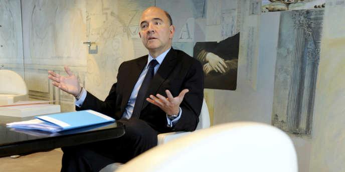 Pierre Moscovici, ministre de l'économie et des finances à son bureau de Bercy.