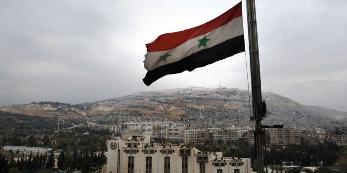 Un drapeau syrien flotte sur la ville de Damas, en décembre2013.