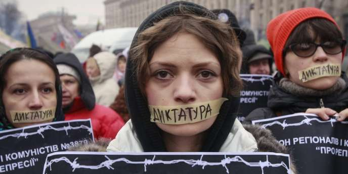 Des manifestants pro-européens défilent dans les rues en Ukraine contre un projet de lois destiné à durcir la législation visant les manifestations.