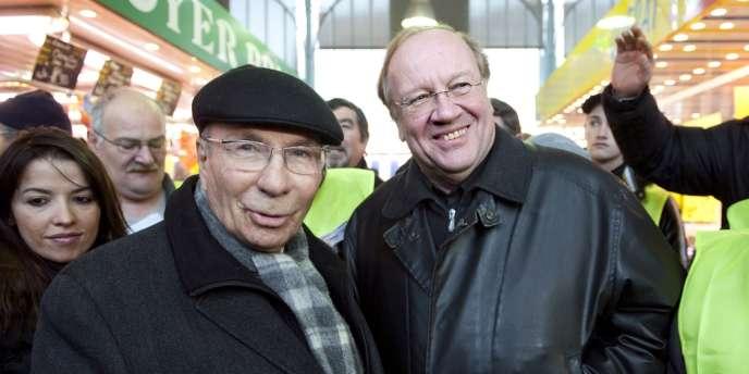 L'ancien maire de Corbeil-Essonnes Serge Dassault et de son successeur à la tête de la ville, Jean-Pierre Bechter, rencontrant des habitants sur le marché dominical de Corbeil-Essonnes, une semaine avant les élections municipales, le 28 novembre 2010.