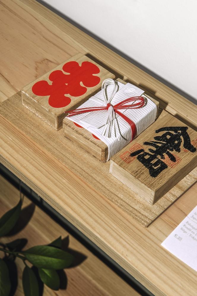 La galerie Nakaniwa expose des objets fabriqués par les artisans les plus réputés  du Japon (ici,  les boîtes en bois  de cèdre d'Akita contenant  des cure-dents). -
