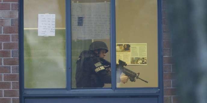 La fusillade a eu lieu au lycée Delaware Valley, à Philadelphie, qui a été immédiatement fermé – ici un policier à la recherche de L'étudiant qui a ouvert le feu sur ses camarades, le 17 janvier.