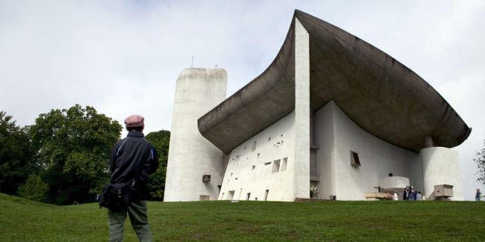 Vue de la chapelle Notre-Dame-du-Haut, à Ronchamp, conçue et réalisée par Le Corbusier en 1955.