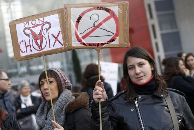 Des manifestantes défendant le droit à l'avortement à Paris, dimanche 19 janvier.