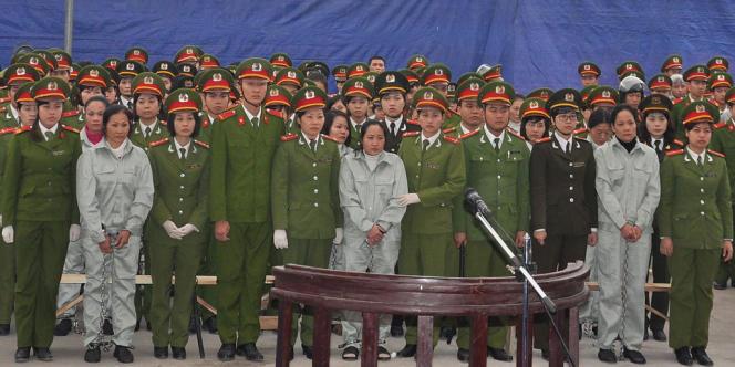 Des trafiquants de drogue entouré par la police lors de leur procès, le 20 janvier à Quang Ninh, au Vietnam.
