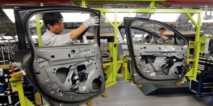 Dans l'usine Peugeot de Wuhan, en Chine, le 11 avril 2012.