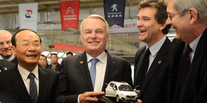 Jean-Marc Ayrault, le premier ministre, et Arnaud Montebourg, le ministre du redressement productif, avec Xu Ping, le président de Dongfeng (à gauche), et Philippe Varin, le président du directoire de PSA (à droite).
