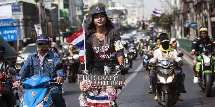 Des manifestants antigouvernementaux dans les rues de Bangkok, lundi 20 janvier.