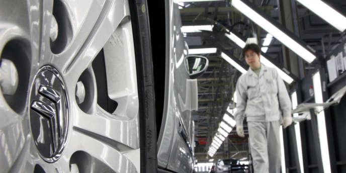 Dans l'usine DPCA (Dongfeng Peugeot Citroën Automobile) de Wuhan, en Chine, en novembre 2009.