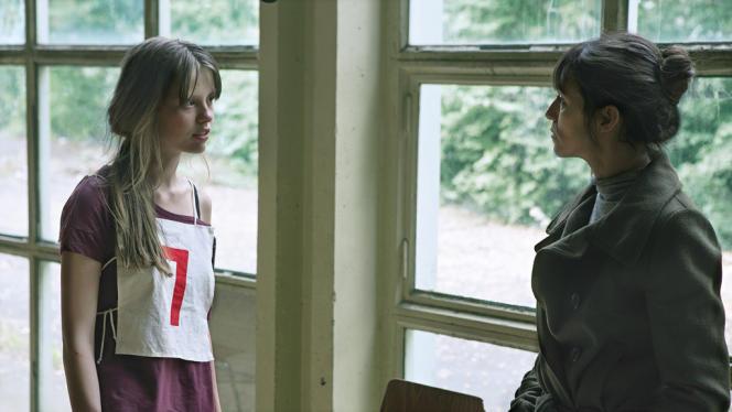 Charlotte Gainsbourg et Mia Goth dans le film danois, allemand, français et belge de Lars von Trier,