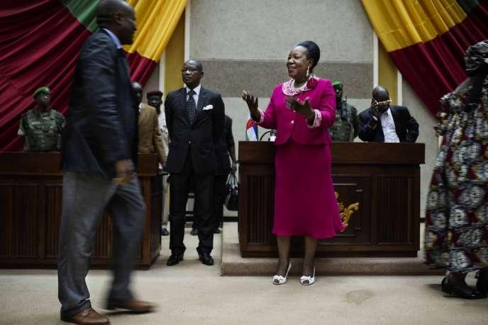 Catherine Samba-Panza reçoit les félicitations des membres du Conseil national de transition (CNT), après son élection.