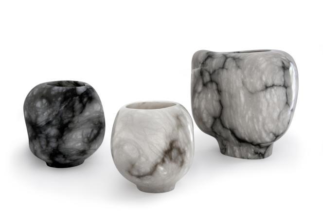 Vases sculptés dans des monoblocs d'albâtre, exposés à la Galerie Christian Liaigre.