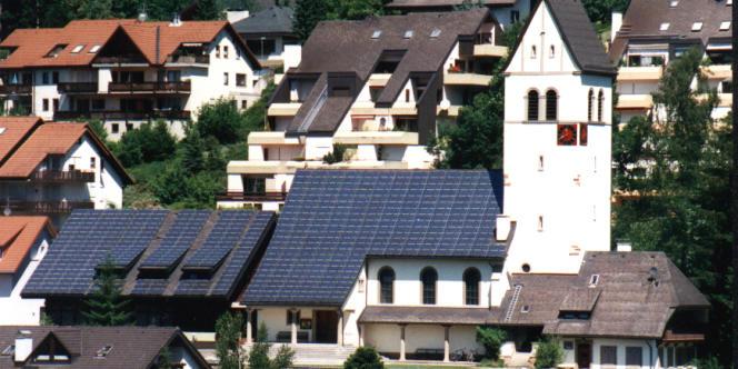 A Schönau, le toit de l'église est couvert de panneaux solaires.