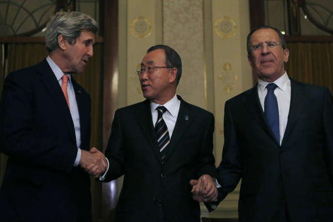 Le secrétaire général de l'ONU, Ban Ki-moon, entouré du secrétaire d'Etat américain, John Kerry, et du ministre des affaires étrangères russe, Sergueï Lavrov, le 21janvier à Montreux.