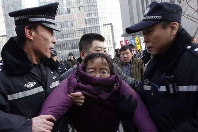 Des supporteurs de Xu Zhiyong ont été interpellés par la police, à Pékin, le 22 janvier.