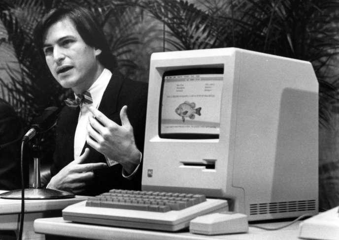 Steve Jobs, 29 ans, alors PDG d'Apple, lors de la présentation au public du premier modèle Mac, à Cupertino, en Californie, le 24 janvier 1984.