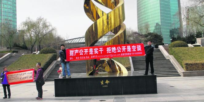 Des militants du Mouvement des nouveaux citoyens réclament la divulgation du patrimoine des cadres du Parti.