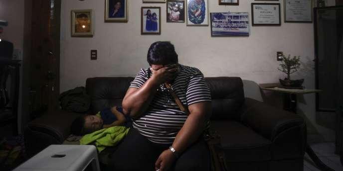 Le cousin d'Edgar Tamayo Arias en pleurs, le 22 janvier dans sa maison familiale, à Miacatlan, dans l'Etat de Morelos.