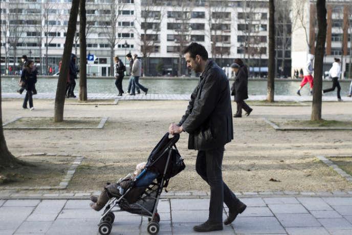 Un père de famille dans les rues de Paris, en février.