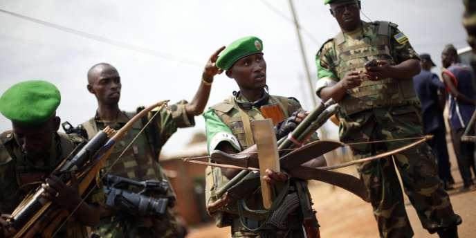 Des membres de la force africaine du maintien de la paix ont confisqué des armes à des miliciens chrétiens anti-balaka, après des pillages dans un marché musulman à Bangui, le 22 janvier.