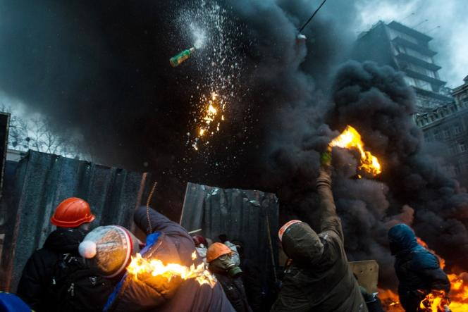Jets de cocktails Molotov sur la police anti-émeute ukrainienne, mercredi 22 janvier à Kiev.