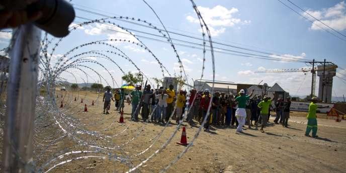 L'accès au principal puits de la mine de Marikana, théâtre en 2012 du massacre par la police de 34 mineurs en grève illégale, le 23 janvier au début du mouvement de grève.
