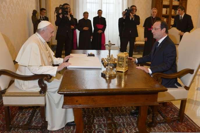 François Hollande doit s'entretenir vendredi 24 janvier avec le pape François.