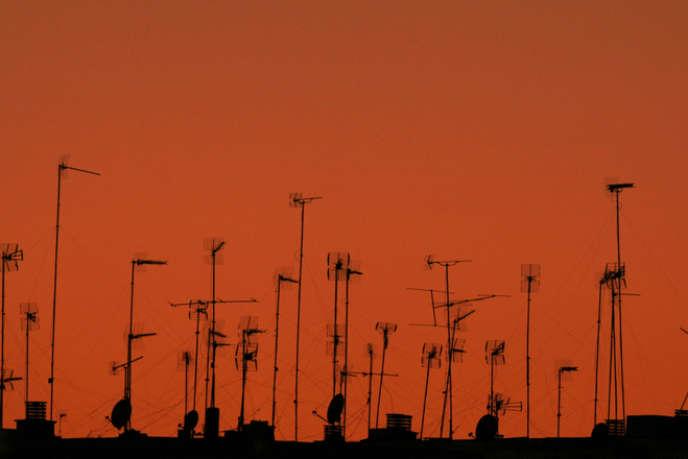 Des antennes de télévision sur des toits.