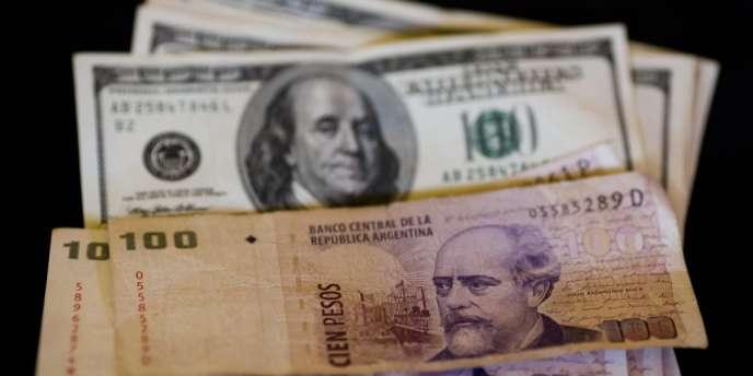 Billets de dollars américains et de pesos argentins.