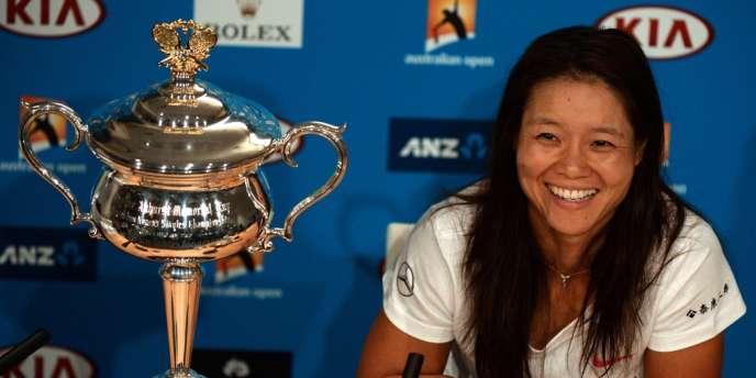 Li Na devant son trophée de l'Open d'Australie, le 25 janvier.