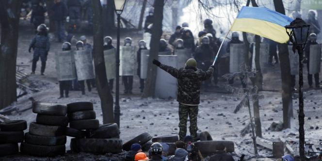 Des manifestants anti-gouvernement réunis sur une barricade face aux forces de sécurité à Kiev, en Ukraine, le 25 janvier 2014.