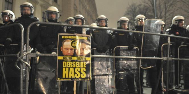 Des policiers devant la pancarte