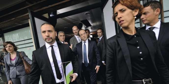 Sophie Hatt (à droite) assurant la sécurité de François Hollande lors d'un déplacement dans un collège de Trappes, en 2012.
