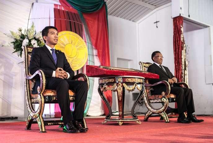 Cérémonie de passation des pouvoirs entre le président sortant Andry Rajoelina ( à gauche) et le nouveau président de Madagascar, Hery Rajaonarimampianina, le 24 janvier 2014.