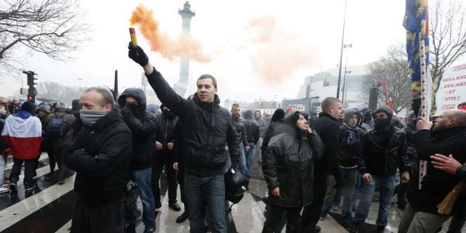 Quelques milliers de manifestants défilaient entre Bastille et les Invalides pour le