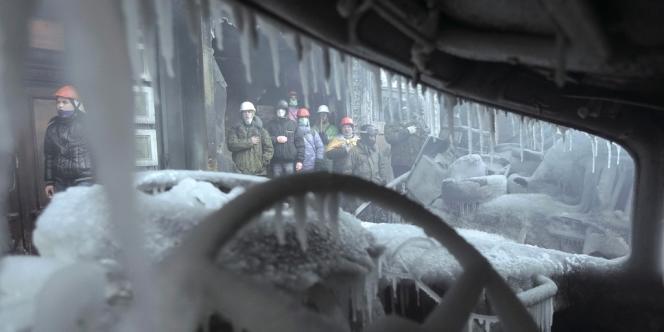 Des manifestants sur un site d'affrontement avec les forces de l'ordre à Kiev le 25 janvier.