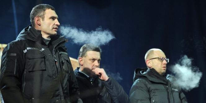 Trois leaders de l'opposition, de gauche à droite Vitali Klitschko, Oleh Tiagnibok et Arseni Iatseniouk, après les négociations avec le gouvernement, devant la foule place de l'indépendance à Kiev le 25 janvier.