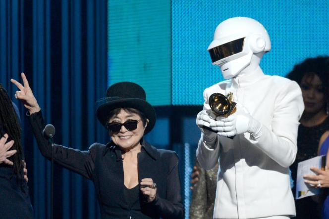 Thomas Bangalter, moitié de Daft Punk, reçoit le Grammy de l'album de l'année des mains de Yoko Ono lors de la 56e soirée des Grammys à Los Angeles, le 26 janvier 2014.