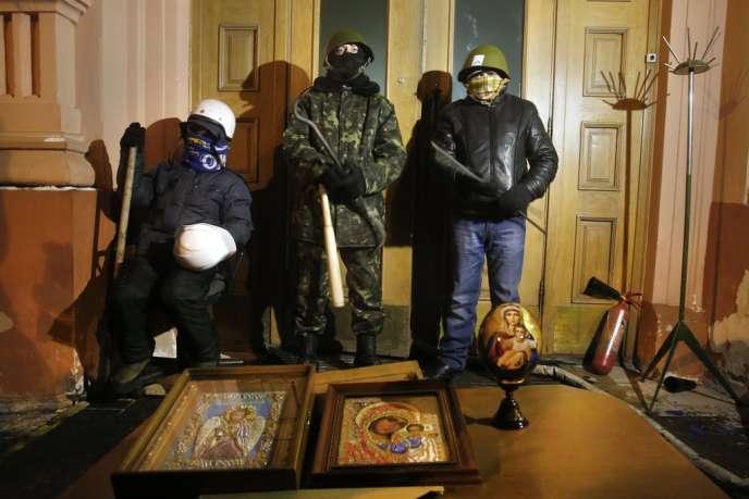 Des manifestants anti-Ianoukovitch devant le ministère de la justice, pris d'assaut dans la nuit du 26 au 27 janvier à Kiev.
